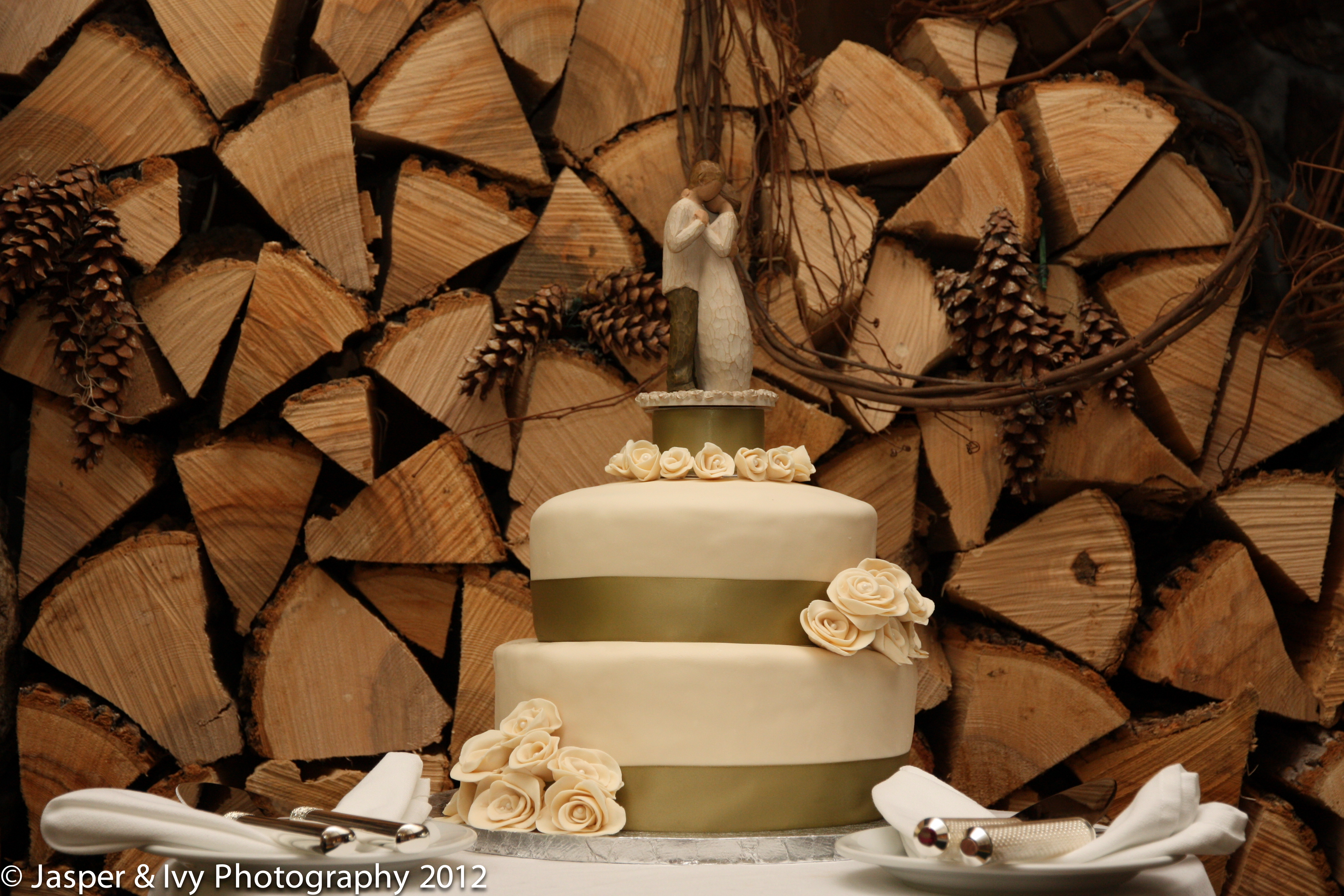 New Hampshire Barn Weddings Venue shows a simple, elegant wedding cake.